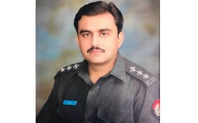 """"""" کیلوں کی ریڑھی والے بچے کا نقصان میں اپنی جیب سے ادا کروں گا """" ایک پولیس والا پورے پاکستان پر بازی لے گیا"""
