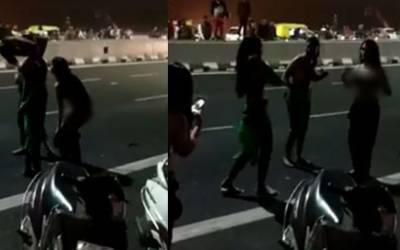 خواجہ سراﺅں کا برہنہ ہوکر سڑک کے درمیان رقص، ہنگامہ برپاہوگیا