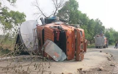 نواب شاہ، قومی شاہراہ پر آئل ٹینکر الٹ گیا،ہزاروں لٹر تیل بہہ گیا