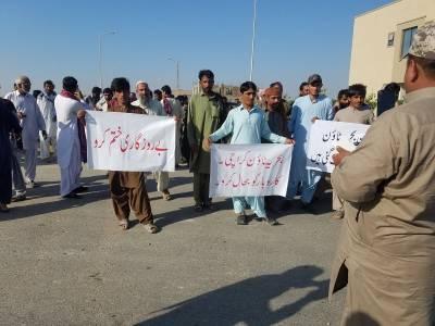 بحریہ ٹاﺅن کراچی کی بتیاں بند، متاثرین سڑکوں پر ، پاکستانی سرمایہ کاروں کیلئے تشویشناک خبرآگئی