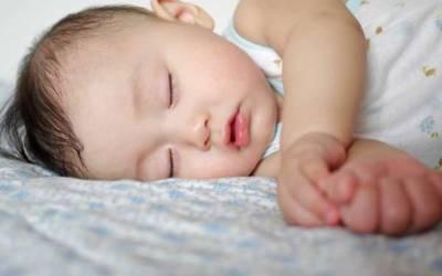 بچوں کو تھپک کر کیوں سلایا جاتا ہے؟ تحقیق نے انتہائی پراسرار کا زبردست جواب ڈھونڈ لیا