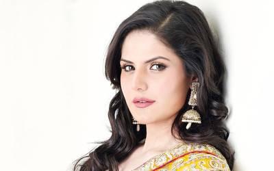 نوجوان نے زرین خان کے جسم پر ایسی جگہ ہاتھ لگادیا کہ اداکارہ نے تھپڑوں کی بارش کردی، ویڈیوسامنے آگئی