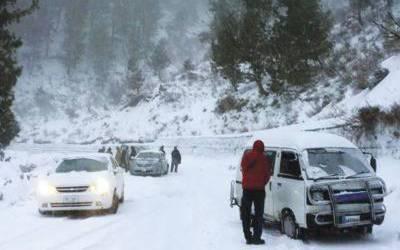 مری برف باری کا سلسلہ جاری ،سیاح رش میں ڈبل لائن ہرگز نہ بنائیں :ترجمان پولیس کی ہدایت