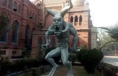 یہ مجسمہ پاکستان میں کس عمارت کے باہر رکھا گیا ہے؟ ایسی خبر آ گئی کہ پاکستانیوں کے غصے کی انتہاءنہ رہے گی