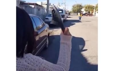 ماں نے سڑک پر بھاگتی اپنی بیٹی کو 30 میٹر دور سے چپل دے ماری، پوری دنیا میں نشانے کی دھوم مچ گئی