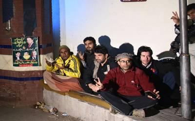 نوازشریف کی صحت کیلئے سروسز ہسپتال کے باہر قرآن خوانی