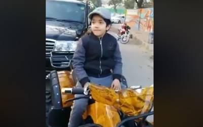 ایم ایم عالم روڈ گلبرگ میں 8 سالہ کم سن بچے کا چالان