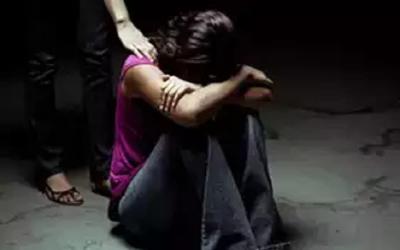 ٹرائل روم میں کپڑے بدلتی لڑکی کے ساتھ دکاندار کی زیادتی،گھر والوں کو پتا چلا تو متاثرہ لڑکی کو گھر سے ہی نکال دیا