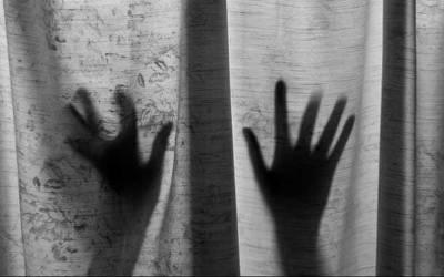 3 لڑکیوں نے مل کر نوجوان کو زیادتی کا نشانہ بنا ڈالا, اوورہیڈ برج سے برہنہ نیچے پھینک دیا