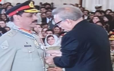 میجر جنرل آصف غفور سمیت متعدد فوجی افسران کو صدارتی اعزازات سے نواز دیا گیا