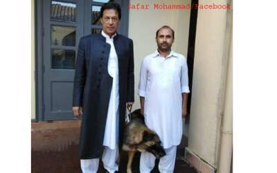 ہاتھ میں تسبیح اور کتا ۔۔ وزیراعظم عمران خان کی ایک تصویر نے انٹر نیٹ پر طوفان برپا کر دیا