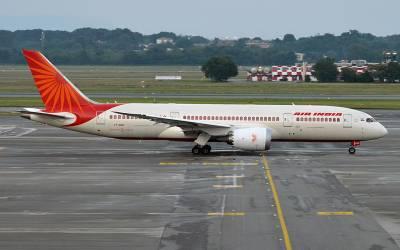 ایئر انڈیا کے سینئر پائلٹ نے خاتون جونیئر پائلٹ سے ایسا فحش سوال پوچھ لیا کہ لینے کے دینے پڑ گئے