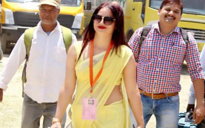 بھارتی انتخابات کے دوران پیلی ساڑھی والی خاتون افسر کی دھوم، لیکن اب اس نے ایسی خواہش ظاہر کردی کہ آپ بھی مسکرائے بغیر نہ رہ پائیں گے