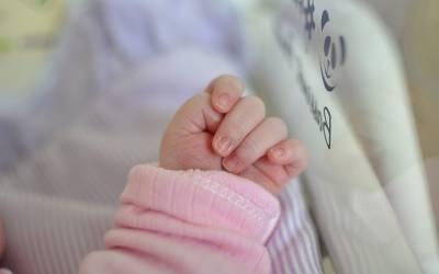 بے اولاد جوڑوں کے لئے بچے پیدا کرنے والی لڑکی