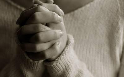 عبادت کرتی خاتون اچانک گھر سے غائب، خاندان والوں نے معجزہ قرار دے دیا، گھر پر لوگوں کا رش لگ گیا