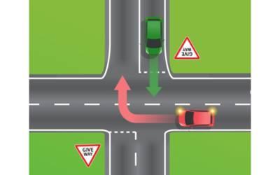 ان دونوں گاڑیوں میں سے پہلے جانے کا کس کا حق ہے؟ وہ انتہائی اہم قانون جو بہت سے ڈرائیورز کو معلوم نہیں ہوتا