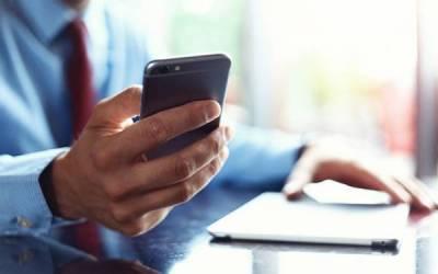 موبائل فون کی نیلی روشنی آپ کی صحت کے لئے کتنی نقصان دہ ہے؟ ماہرین نے وارننگ دے دی