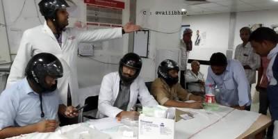 پڑوسی ملک میں یہ ڈاکٹرز دوران ڈیوٹی ہیلمٹ پہنے کیوں بیٹھے ہیں؟ جواب آپ کے تمام اندازے غلط ثابت کردے گا