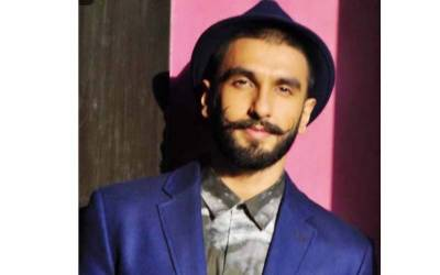 پاک بھارت ٹاکرا ، بالی ووڈ کا بڑا داکار سٹیڈیم پہنچ گیا ، زینب عباس کے ساتھ سیلفی بھی بنائی