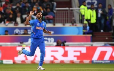 پاکستان کے خلاف بھارت کا اہم ترین باﺅلر زخمی ہو کر گراﺅنڈ سے باہر چلا گیا