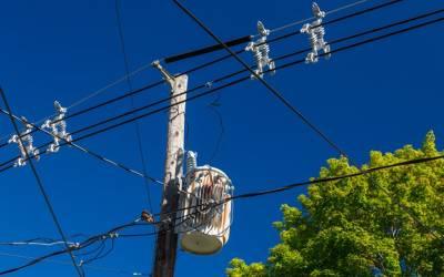 بیماری اور بیروزگاری سے تنگ شہری بجلی کے کھمبے پر چڑھ گیا