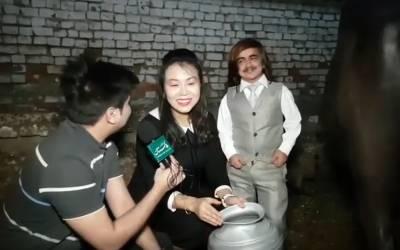چائنیز لڑکی بھینس کا دودھ خود نکالتی ہے اور ''گجرا وے'' گانا بھی گاتی ہے۔۔۔ حیرت انگیز ویڈیو آپ بھی دیکھئے