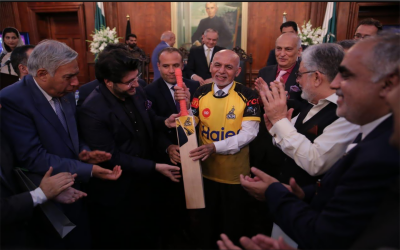 افغان صدرسے جاوید آفریدی کی ملاقات ، پشاور زلمی کی شرٹ اور بیٹ تحفے میں دیا