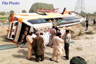 گھوٹکی، مسافر کوچ الٹنے سے 2 مسافر جاں بحق،10 زخمی