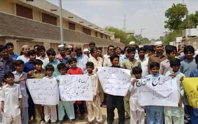 عمر کوٹ میں دس سے بارہ گھنٹے مسلسل لوڈشیڈنگ، شہریوں اور سول سائٹی کے رہنمائوں کا پریس کلب کے سامنے احتجاجی مظاہرہ