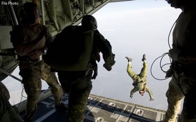 جب فوجی نے جہازسے چھلانگ لگانے سے انکار کیا تو اس کے استاد نے کیا کیا ؟ویڈیو پوری دنیا میں وائرل ہو گئی