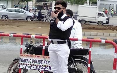 یہ ماڈل ہے یا فیشن سمبل؟ کراچی کے ٹریفک پولیس اہلکار کی تصاویر نے سوشل میڈیا پر دھوم مچادی