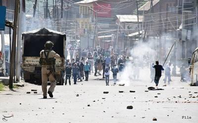 مقبوضہ کشمیر میں نماز جمعہ کے بعد ہزاروں شہری سڑکوں پر نکل آئے، غاصب فورسز کی جانب سے طاقت کا اندھا استعمال