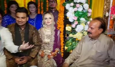 فیس بک پر دوستی کے بعد برطانیہ کی گوری لڑکی شادی کرنے پاکستان پہنچ گئی,دولہا دلہن کہ طنزو مزاح سے بھرپور گفتگو اۤپ بھی دیکھیئے