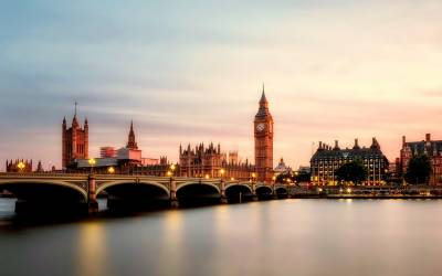 وزیراعظم کے مشورے پر ملکہ برطانیہ کو پارلیمان معطل کرنا مہنگا پڑگیا، عوام سڑکوں پر نکل آئے