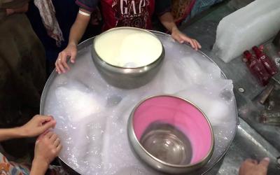 لاہور میں موجود وہ دودھ فروش جو تین منٹ میں ابلتے دودھ کو دیسی طریقے سے برف کی طرح ٹھنڈا ٹھار کر دیتے ہیں...