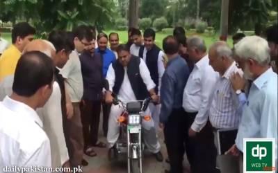 وفاقی وزیر سائنس اینڈ ٹیکنالوجی لاہور میں الیکٹرک موٹر سائیکل کی آزمائشی سواری کرتے ہوئے
