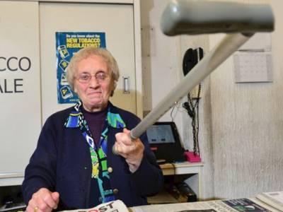 نوجوان ڈکیتی کی نیت سے دوکان میں گھسا تو 82 سالہ بوڑھی خاتون نے ایسا سلوک کر دیا کہ ڈاکو نے کبھی خواب میں بھی نہ سوچا ہو گا