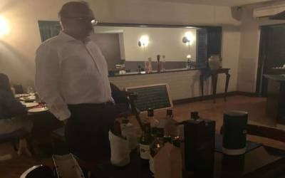 لاہور میں الانتو کیفے سے شراب کی بوتلیں پکڑنے والے سرکاری افسر کو سخت سزا دے دی گئی