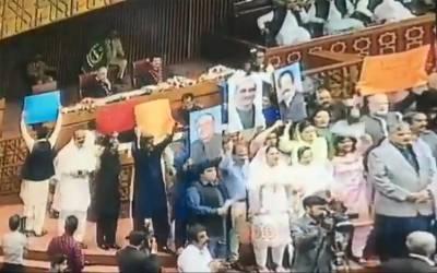 صدر مملکت کے خطاب کے دوران اپوزیشن ارکان نے ایسی تصاویر لہرادیں کہ عارف علوی بھی پریشان ہوگئے