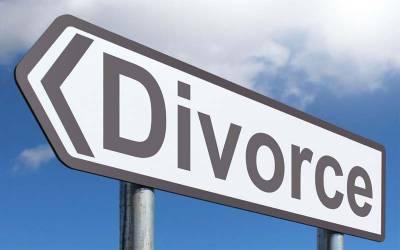 کس سیاسی جماعت کے رہنما نے اپنے لیڈر کی محبت میں اپنی بیوی کو طلاق دیدی ؟ انتہائی شرمناک دعویٰ سامنے آ گیا