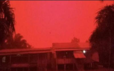 دنیا کے سب سے بڑے اسلامی ملک میں آسمان لال سرخ ہوگیا
