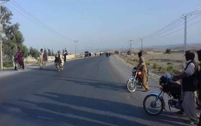 پاکستان کے اہم ترین شہر میں دہشتگردوں نے پولیس پر فائرنگ کے بعد دھماکہ کردیا