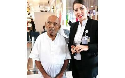 ابوظہبی ائیرپورٹ پر بزرگ مسافر کی آمد، پاسپورٹ دیکھا تو امیگریشن حکام میں کھلبلی مچ گئی، سب اس کے ساتھ تصویریں کھنچوانے لگے