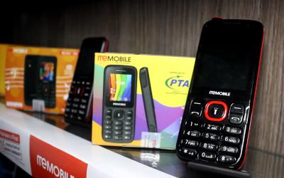 پاکستان میں بنا پہلا موبائل جو 6 دوسرے کوئی بھی موبائل فون چارج کرسکتا ہے، موبائل کا موبائل پاور بینک کا پاور بینک۔۔۔
