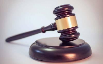 نوازشریف کی احتساب عدالت پیشی کے موقع پر طلال چوہدری عدالت میں ٹیبل سے گر گئے
