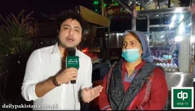 """راولپنڈی میں """" ماں جی برگر والی """" عظیم خاتون جس نے برگر بیچ کر اپنے اور سوتن کے بچوں کو پالا لیکن اب ان کا ڈاکٹر شوہر کہاں ہے؟"""