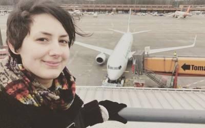 نوجوان دوشیزہ ہوائی جہاز کی محبت میں گرفتار، جسمانی تعلقات قائم کرنے کا بھی دعویٰ کردیا