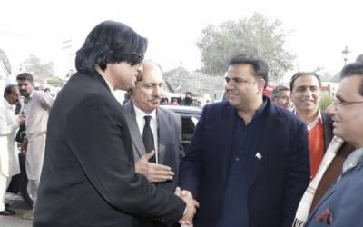 فواد چوہدری نے پاکستان آنے والے غیر ملکیوں کو اپنی حفاظت کیلئے نہایت ہی انوکھا مشور دیدیا