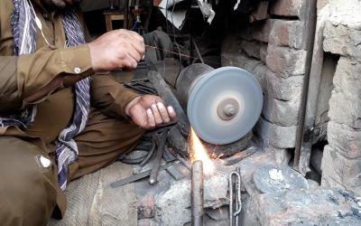 پاکستان میں گھروں میں استعمال ہونے والی چھریاں اور چاقو کس طرح بنتے ہیں آپ بھی دیکھئے۔۔۔