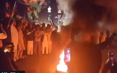 نواز شریف کی خرابی صحت ،لیگی کارکنوں کا نیب دفتر کے باہر ٹائروں کو آگ لگا کر احتجاج